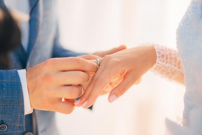 Ehering und Verlobungsring zusammen tragen