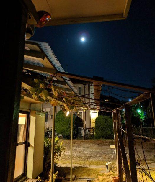 軒先の満月