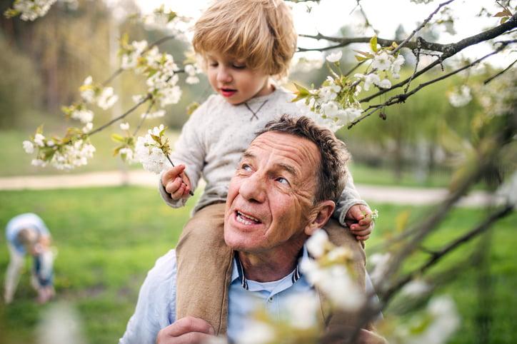 Los vínculos entre generaciones tienen un impacto positivo para las personas mayores