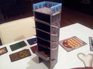 La torre per posizionare le carte avventura è molto scenica, ma forse se ne poteva fare a meno