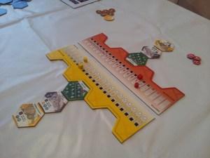 Eccoci all'inizio di una partita a due giocatori, con le sole tessere iniziali e i segnapunti individuali colorati.