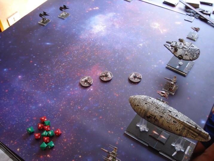 Nella seconda missione della mini-campagna inclusa nella confezione il trasporto ribelle deve sopravvivere al fuoco incrociato delle astronavi imperiali che circondano Hoth e di varie ondate di caccia...
