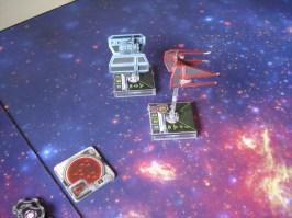 Entra in scena un Interceptor pilotato da un asso imperiale che scorta in battaglia un minaccioso TIE Bomber, poco manovrabile ma pesantemente armato! Si dirigono verso il trasporto!