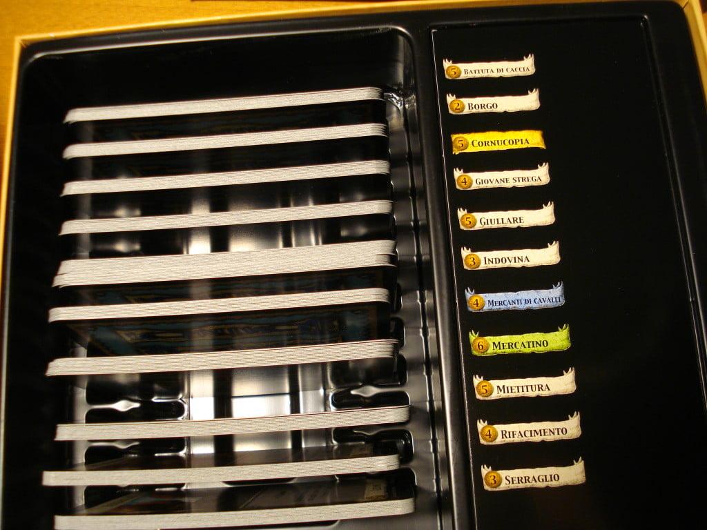 Anche le espansioni contengono un tray in plastica per riporre in ordine le carte Ottimo