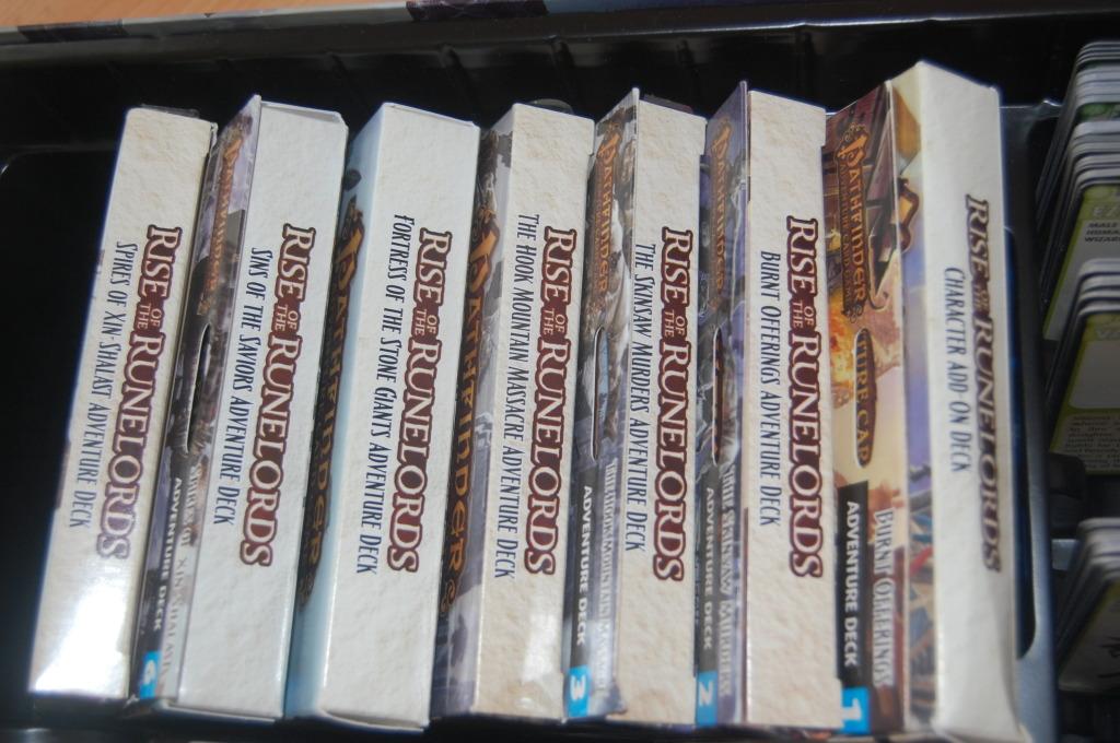Versione inglese: le sei scatole di ciascuna avventura vengono man mano aggiunte al set base rimanendo disponibili per i futuri incontri.