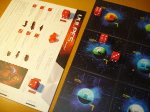 Il rosso gioca per primo: partenza fortunata, visto che ha un Distruttore e una Fregata! Li sposta in posizione per conquistare il primo pianeta, e usa la terza azione come punto Ricerca.
