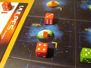 Visto che il totale delle navi è 7 e gli restano due azioni può piazzare il primo cubetto della partita!