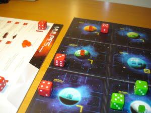 """Il rosso avanza verso il pianeta """"conteso"""", quello d'angolo... se il verde non lo blocca al prossimo turno potrà conquistarlo!"""