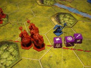 """Un risultato solo apparentemente buono per il giocatore blu: la spada singola essendo l'unità """"indebolita"""" si ignora, e l'abilità Ferocia dell'Osceno permette di contrattaccare prima di ritirarsi... le guardie della cittadella stanno per fare una brutta fine."""