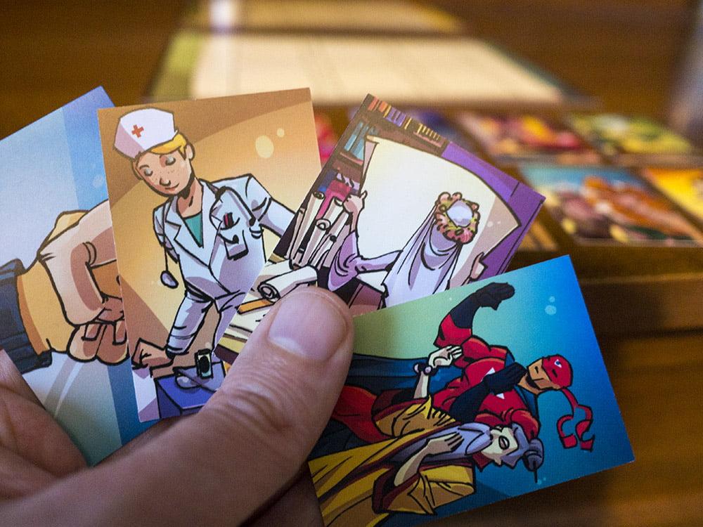Quale storia raccontiamo? Quella del supereroe spaccatutto oppure quella dell'infermiera rubacuori?