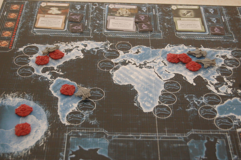 La mappa si riempie un poco alla volta: l'app chiama i giocatori a compiere azioni e provvede a far arrivare gli ufo.