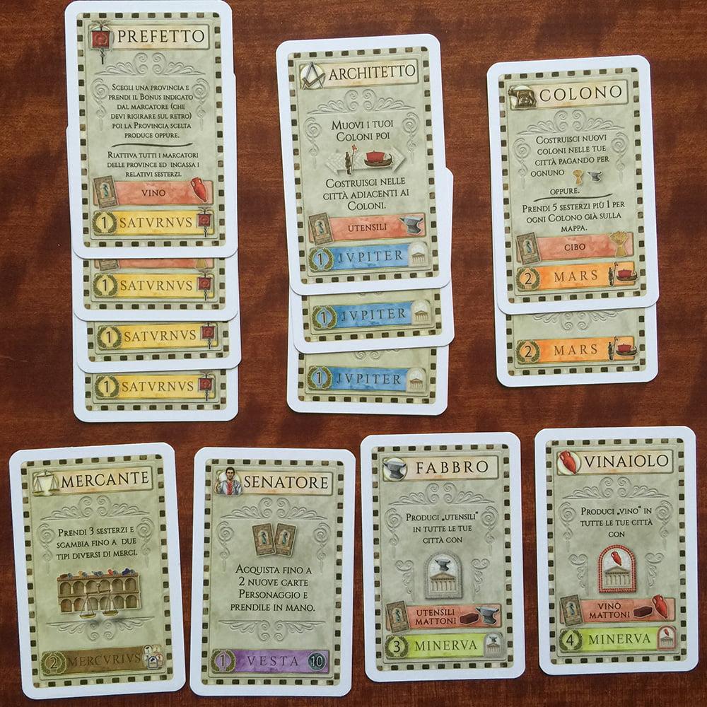 La partita è terminata e il giocatore rosso ha raggruppato le proprie carte in base alle divinità indicate in basso.