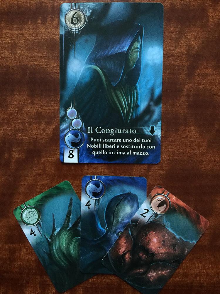 Il giocatore recluta il congiurato: deve calare alleati di 3 razze diverse e, così, in questo caso è costretto a superare il prezzo richiesto (senza ricevere alcun resto).