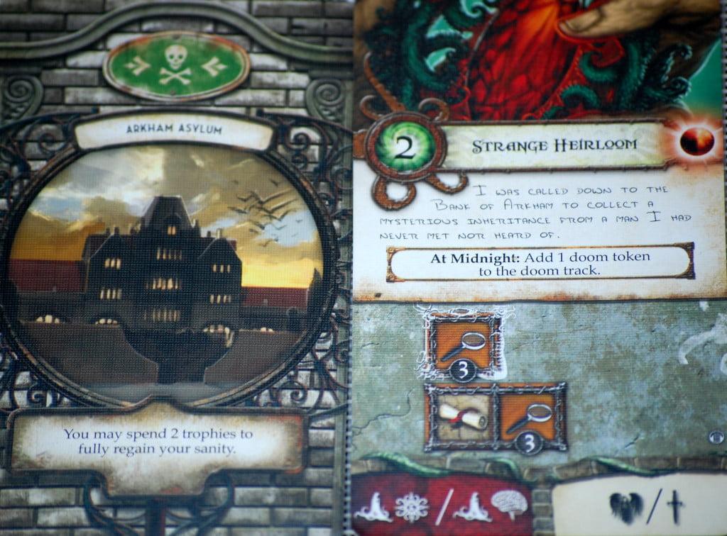 """Avanti e retro di una carta avventura. Si noti la ricompensa dell'avventura: prevede il simbolo """"Benedetto"""" dell'espansione """"Potenze Invisibili"""""""