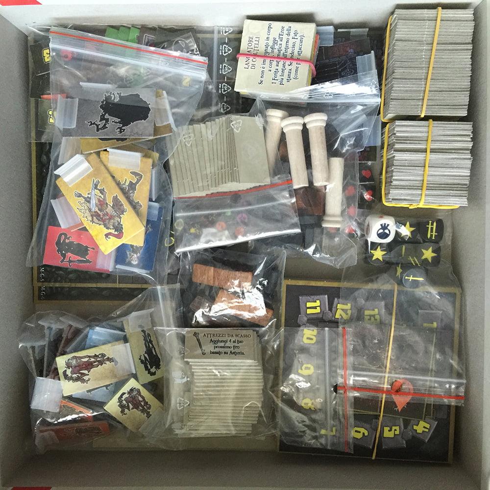 La scatola è stipata di materiale: peccato che non ci sia alcun separatore e le ziplock siano quasi tutte aggiunte in casa.