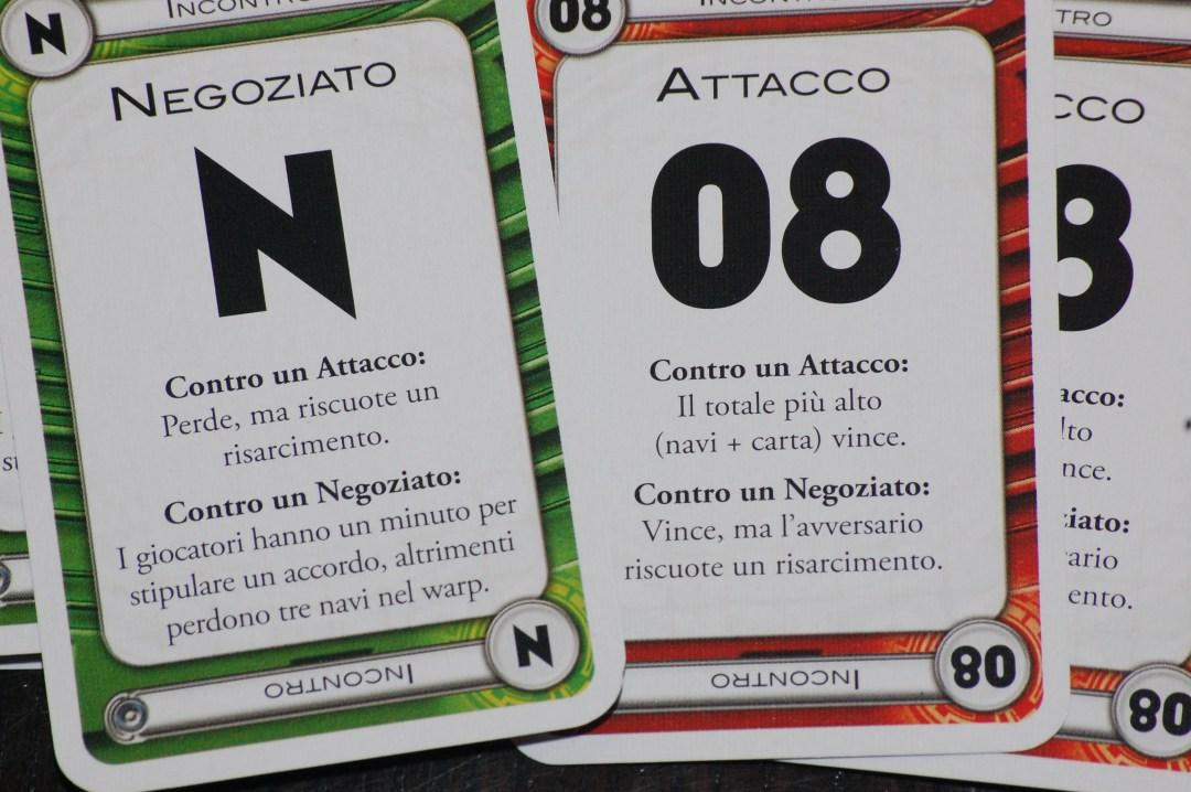 Un paio di esempi di carte incontro: a sinistra la carta negoziato e a destra 2 carte di attacco di valore 8.