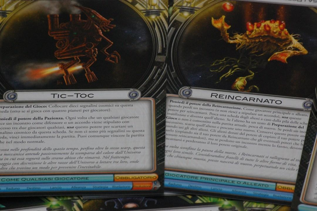2 delle 50 razze aliene giocabili: a sinistra vedete il Tic Toc, che può vincere se si chiudono 10 incontri a vantaggio del difensore oppure con un negoziato.