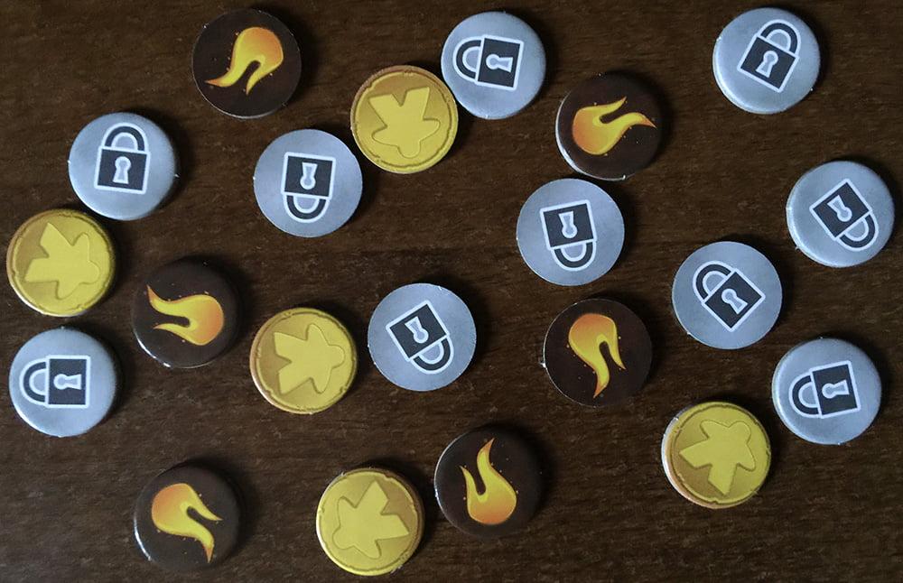 Token a profusione: le fiammelle indicano i danni alle strutture, i lucchetti indicano le scelte bloccate e quelli dorati sono le monete accumulabili dal Capitano del Porto.