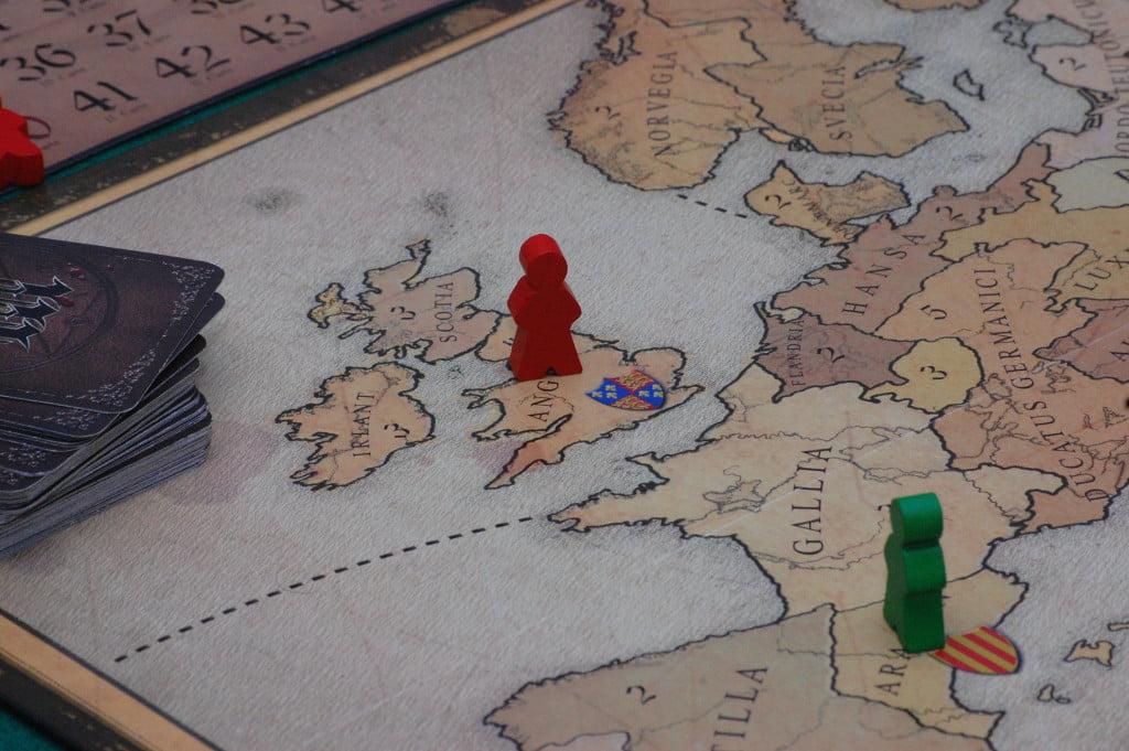 La perfetta solitudine inglese ad inizio partita: se non ha carte caravella che lo aiutano a prendere il mare, troverà giocatori disposti ad aiutarlo?