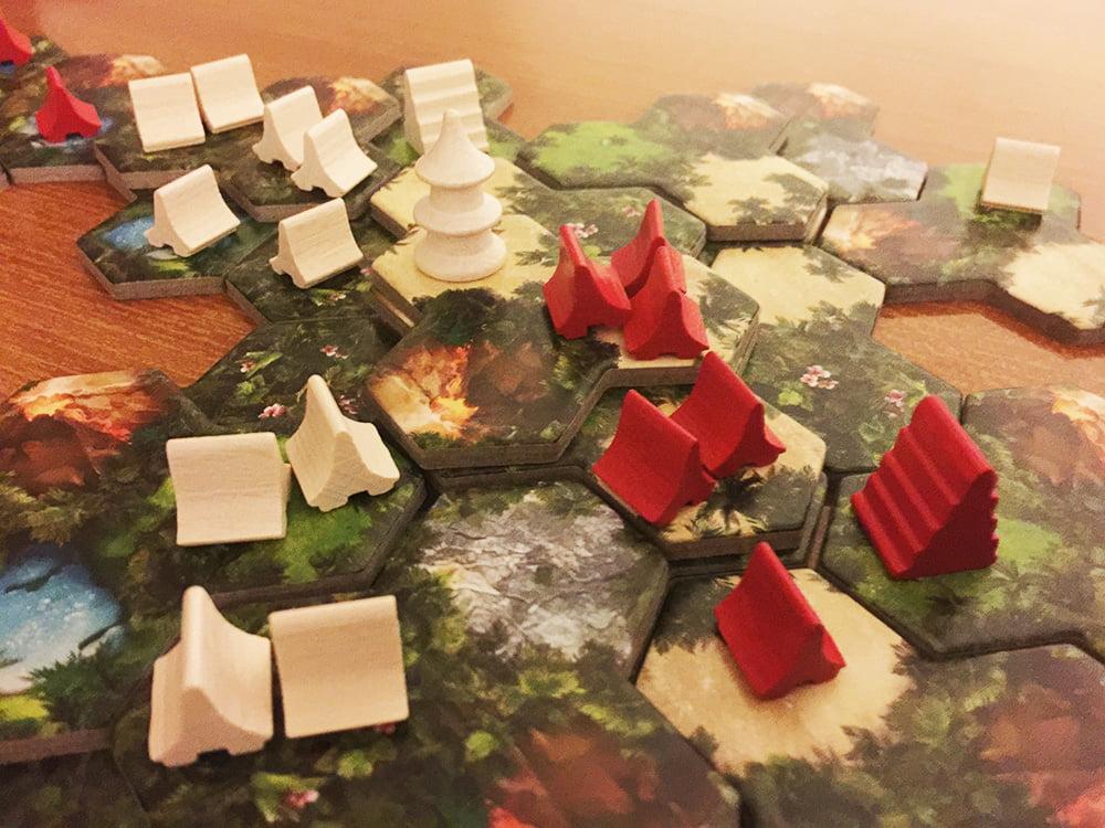 A questo punto, il giocatore bianco può fondere i suoi due villaggi a sinistra, costruendo una capanna nell'esagono vuoto ai piedi della sua torre.