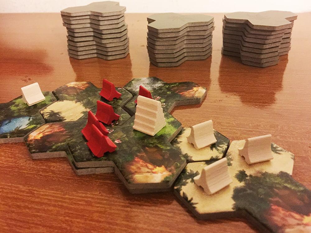 Una partita da 2 giocatori con tutte e 48 le tessere terreno: le possibilità strategiche sono davvero innumerevoli!
