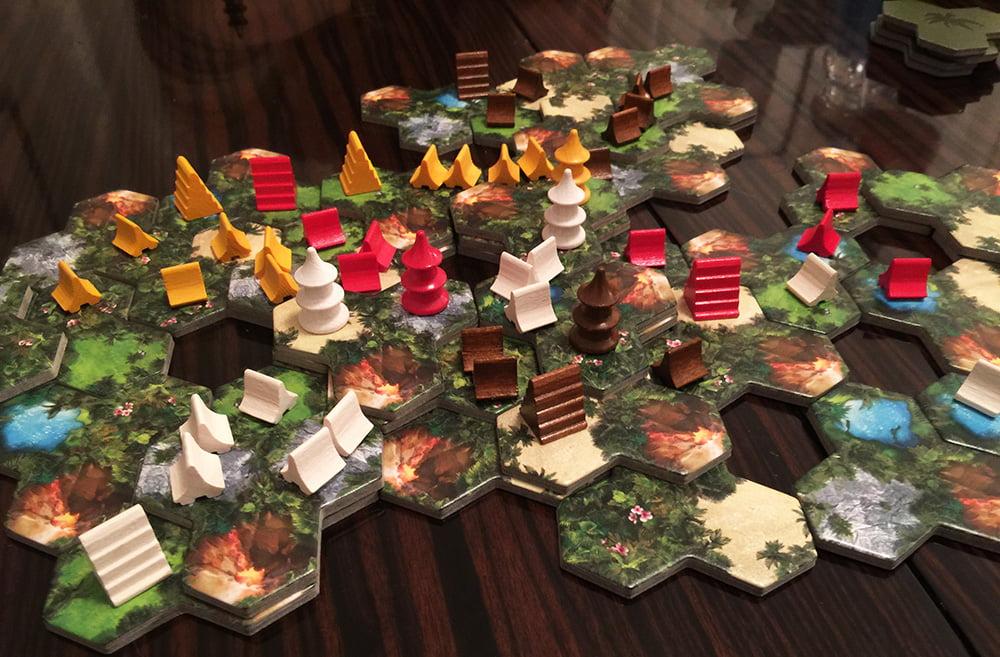 Una partita con 4 giocatori che volge quasi al termine: ormai c'è poco spazio per una nuova eruzione.