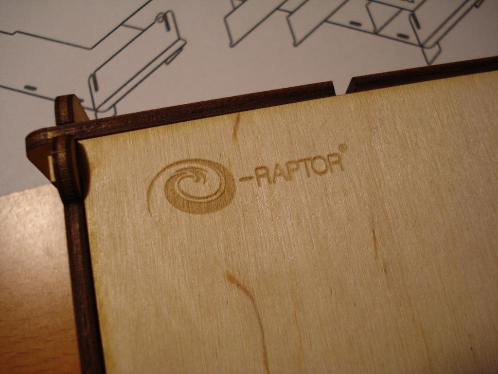 Il coperchio di una scatolina multiuso col logo e-Raptor.