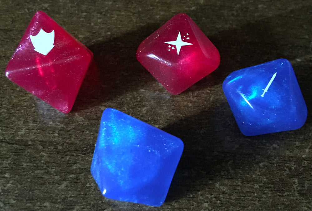 Le due coppie di dadi incluse nel gioco.