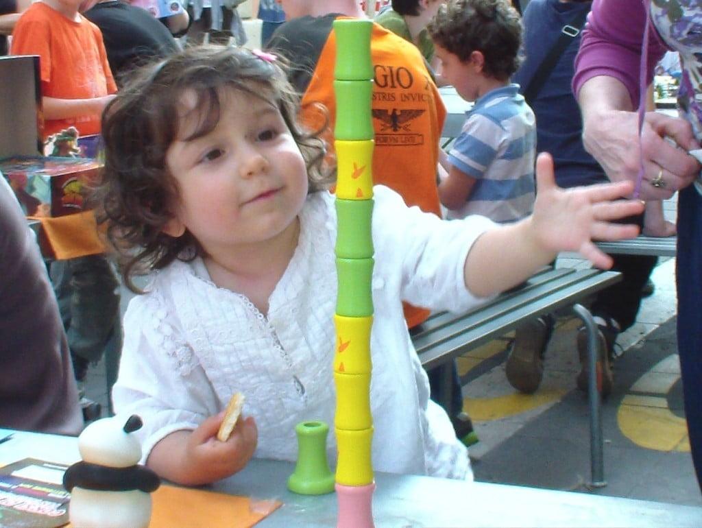 Chi lo ha detto che il gioco non è adatto per i più piccoli? Con qualche House rules questo bambino si diverte un sacco con il Takenoko gigante.