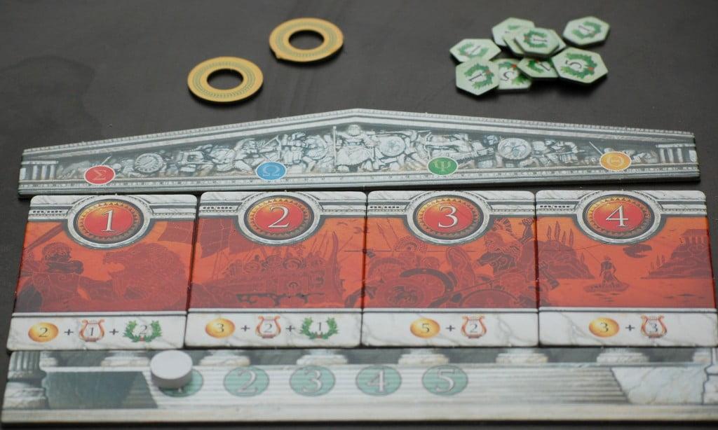 Dettaglio tasselli impresa: Il tetto del tempio mostra il colore della colonna che serve per l'acquisto. Nella parta alta dei tasselli i grandi cerchi rossi mostrano l'ordine di turno. In basso le ricompense ottenute.