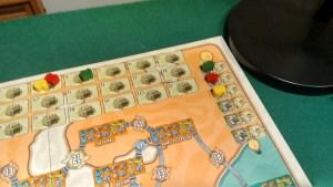 Tracciato segnapunti (o meglio segna città) a sinistra e ordine di gioco a destra.