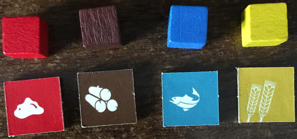 Un veloce confronto tra gli indicatori inclusi nel gioco (in basso) e i classici cubetti di legno (in alto): una bella differenza, in termini ergonomici.