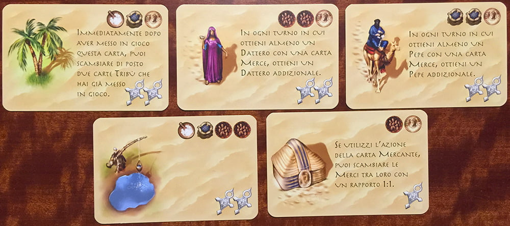 """I 5 """"semi"""" delle carte tribù. Al centro, dove disponibile, viene descritto l'effetto della carta, mentre in alto a destra si trova il costo da pagare per attivarle e in basso il numero di croci d'argento assegnate."""