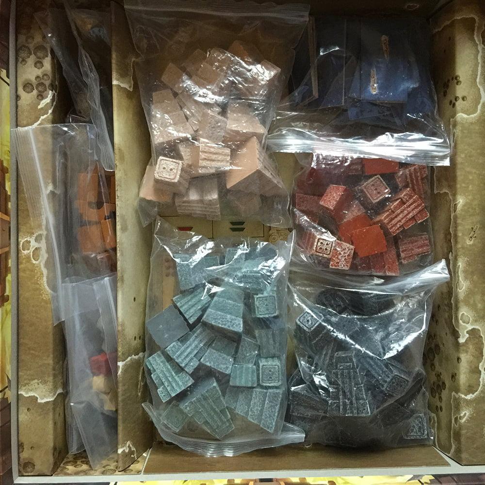 Tante bustine stracolme di pezzettini di legno e di resina colorati: la componentistica è davvero da monster game!
