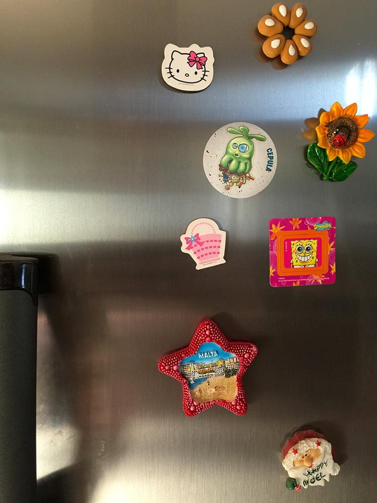 Non sottovalutate le capacità mimetiche dei mostri tra le calamite del frigorifero...