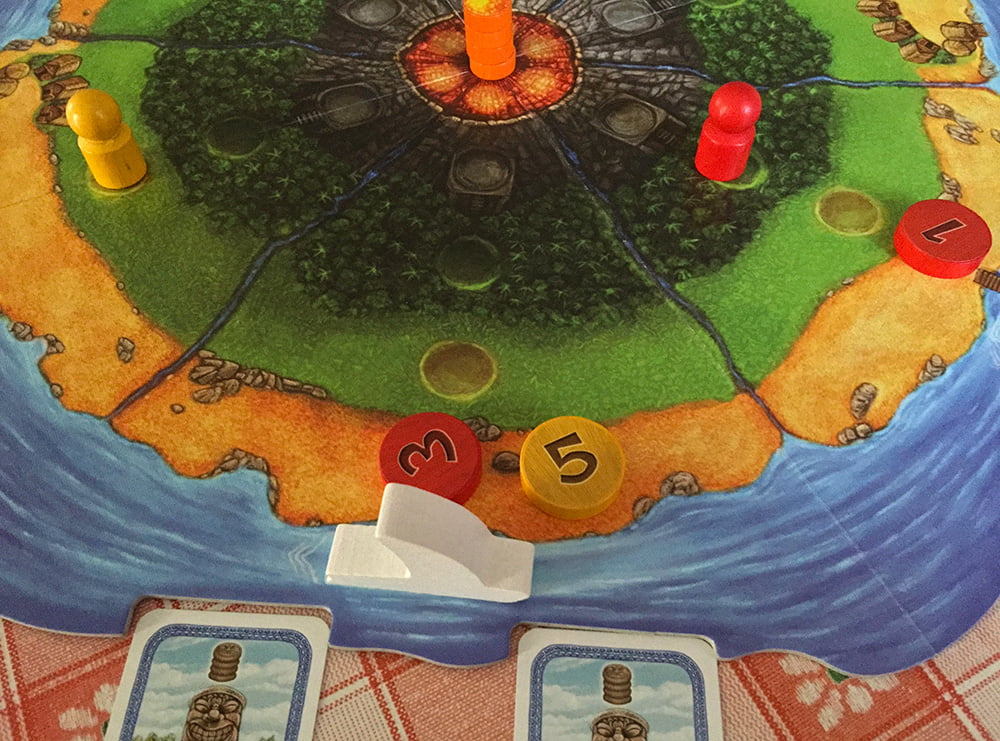 Dopo la giocata del rosso, la barca approda in questo tratto di spiaggia: entrambi i giocatori sono presenti, quindi dovranno spartirsi le due carte sottostanti, ma la scelta spetterà per primo al giallo, perché ha la maggioranza (5 contro 3).