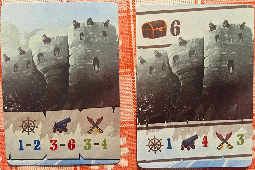 Da destra verso sinistra, fronte e retro di una carta Destinazione (in questo caso la meta è un forte).