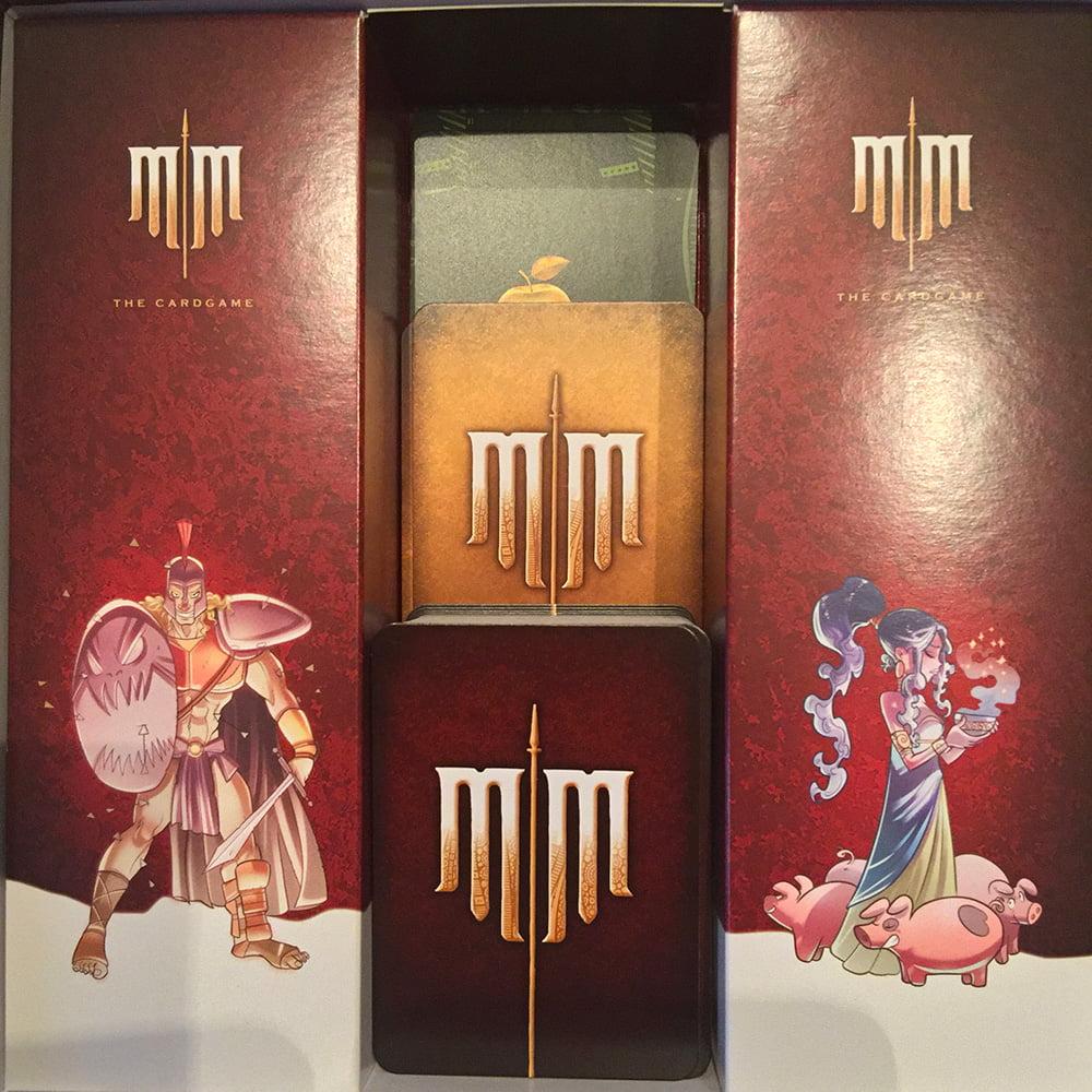 L'interno della scatola, con le carte sistemate in bell'ordine nel vano centrale.