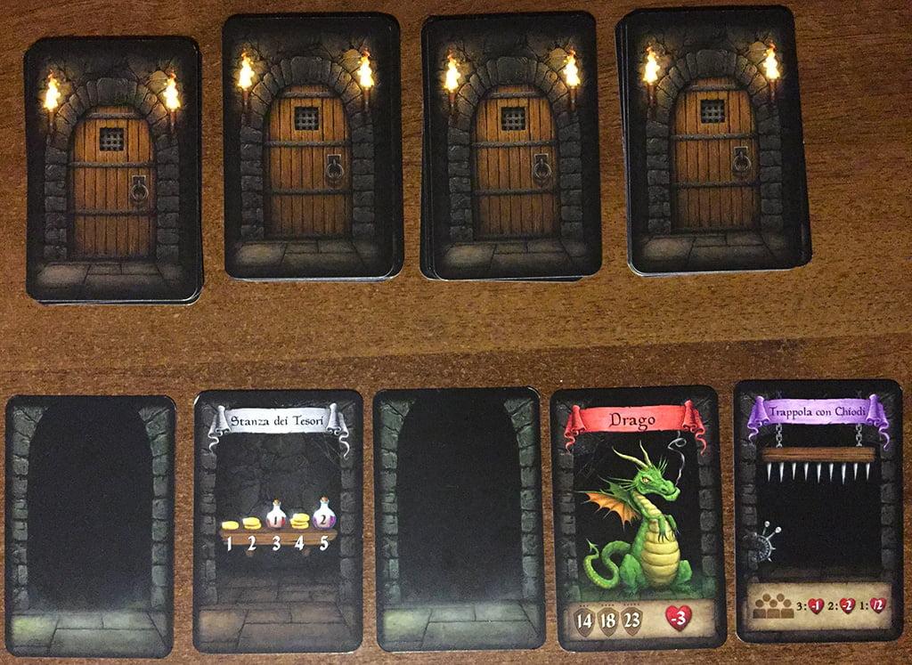 Il party è entrato nel dungeon: ecco rivelato il primo livello, mentre i rimanenti quattro sono allineati in alto e coperti dalle carte porta.