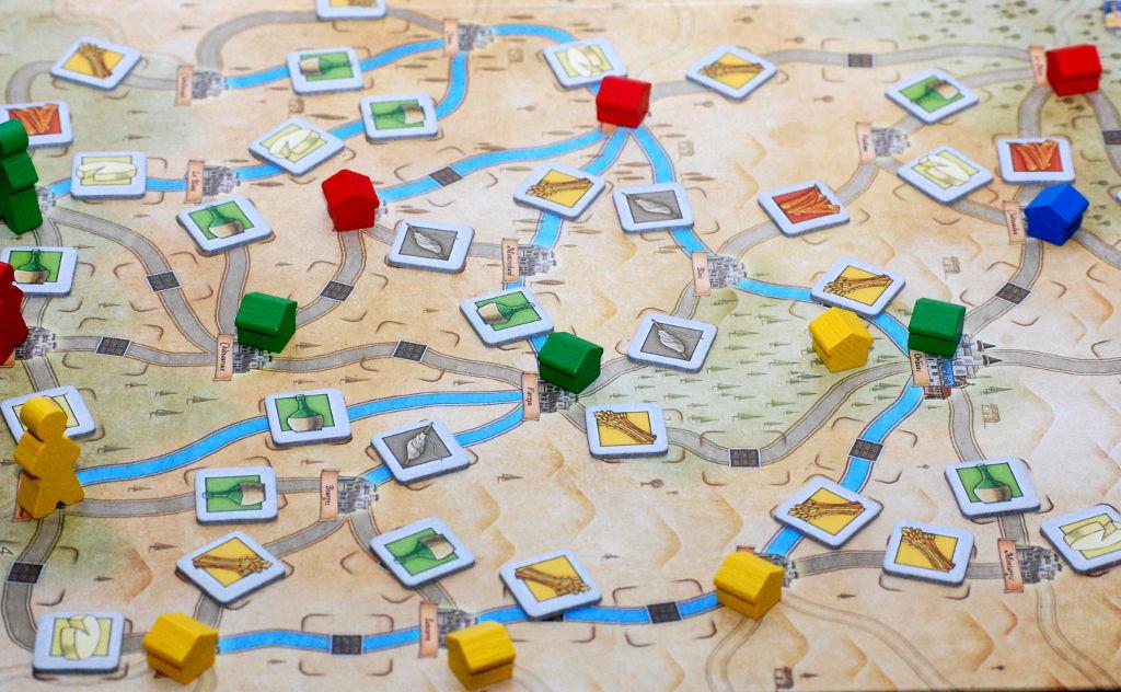 La mappa geografica e le fonti di punti vittoria: magazzini (le casette) e merci da raccogliere lungo la via.