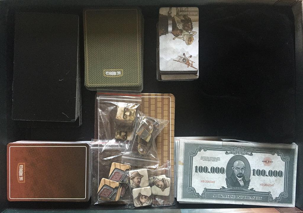 L'interno della scatola: il sacchetto in velluto nero a destra purtroppo non è incluso nel gioco.