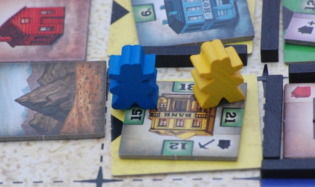 Il gioctore Blu ha deciso si rapinare la banca del gialle, il quale ha mandato un cow boy a diffenderla.