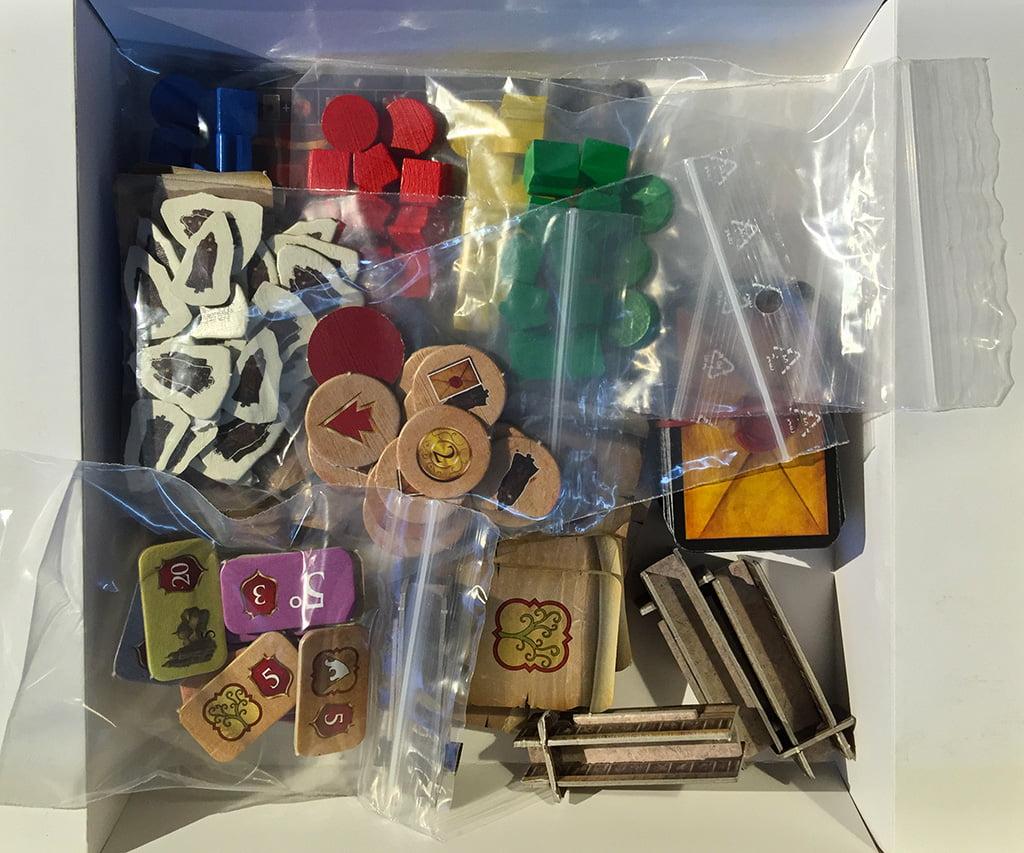 All'interno, le ziploc permettono di organizzare al meglio i diversi materiali.