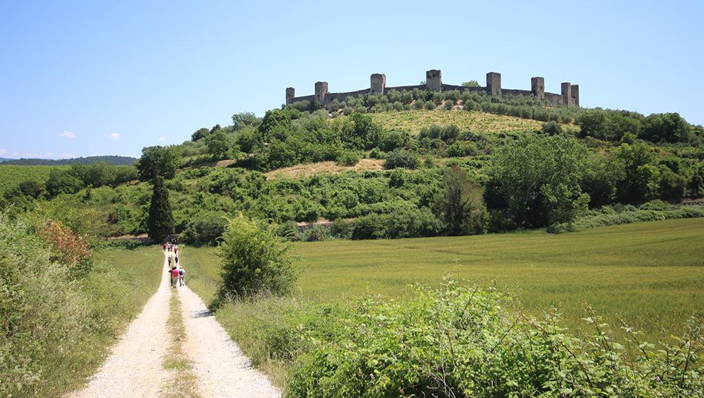 Un tratto della via Francigena (e se non avete mai visto Monteriggioni sullo sfondo... non sapete cosa vi perdete!).