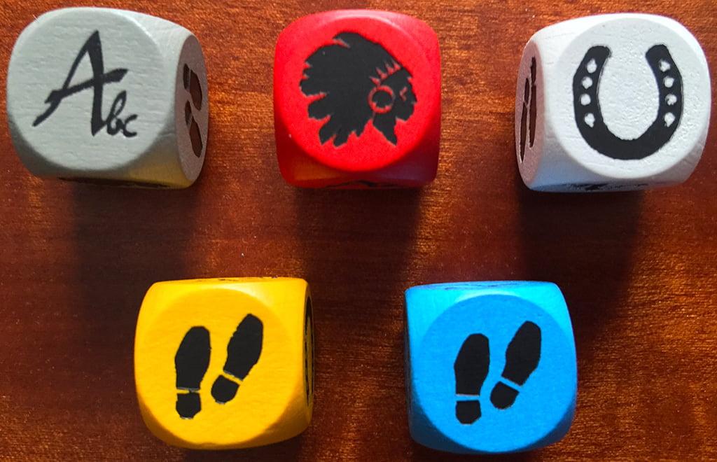 I dadi in legno nei 4 colori dei giocatori, più un quinto (grigio) neutro a disposizione di tutti.