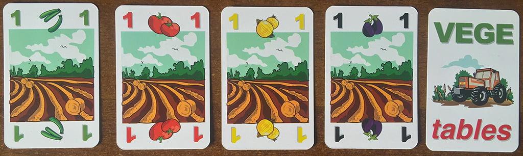 """Alcuni terreni (di 4 colori diversi) su cui è possibile avviare le proprie """"coltivazioni"""". La prima carta a destra, invece, è il trattore """"jolly""""."""