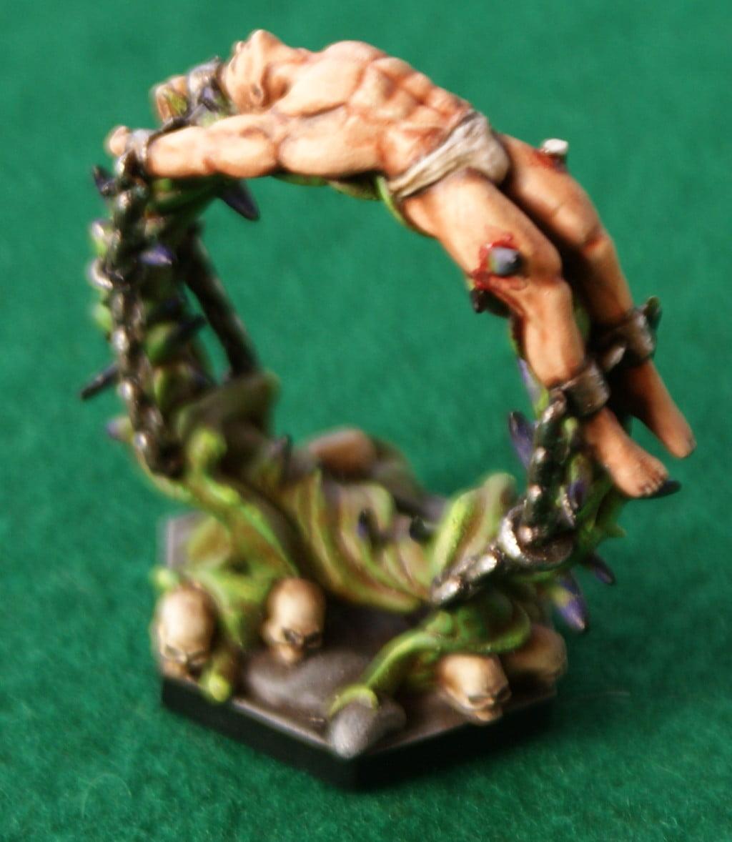 Un prigioniero su una ruota della tortura piuttosto dolorosa