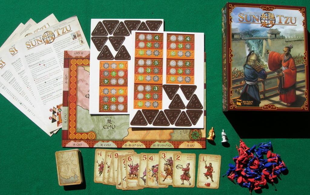 Tutti componenti del gioco sul tavolo verde