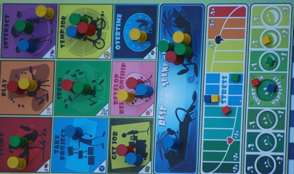 Durante il turno i giocatori scelgono le azioni non senza conseguenze sulle tracce felicità e stress.