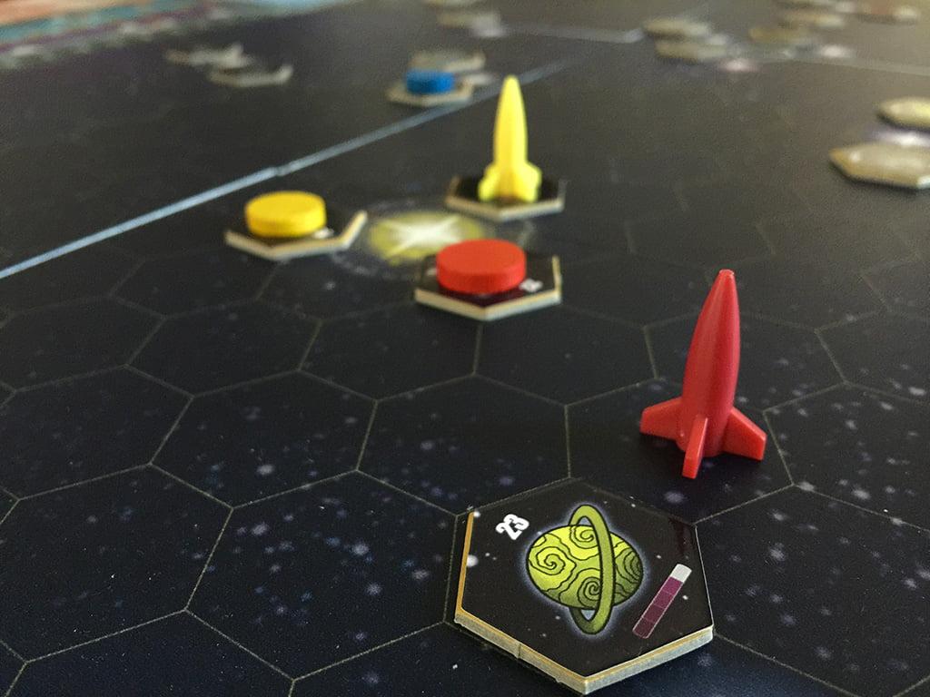 All'inizio, i giocatori si contendono i pianeti del sistema solare.